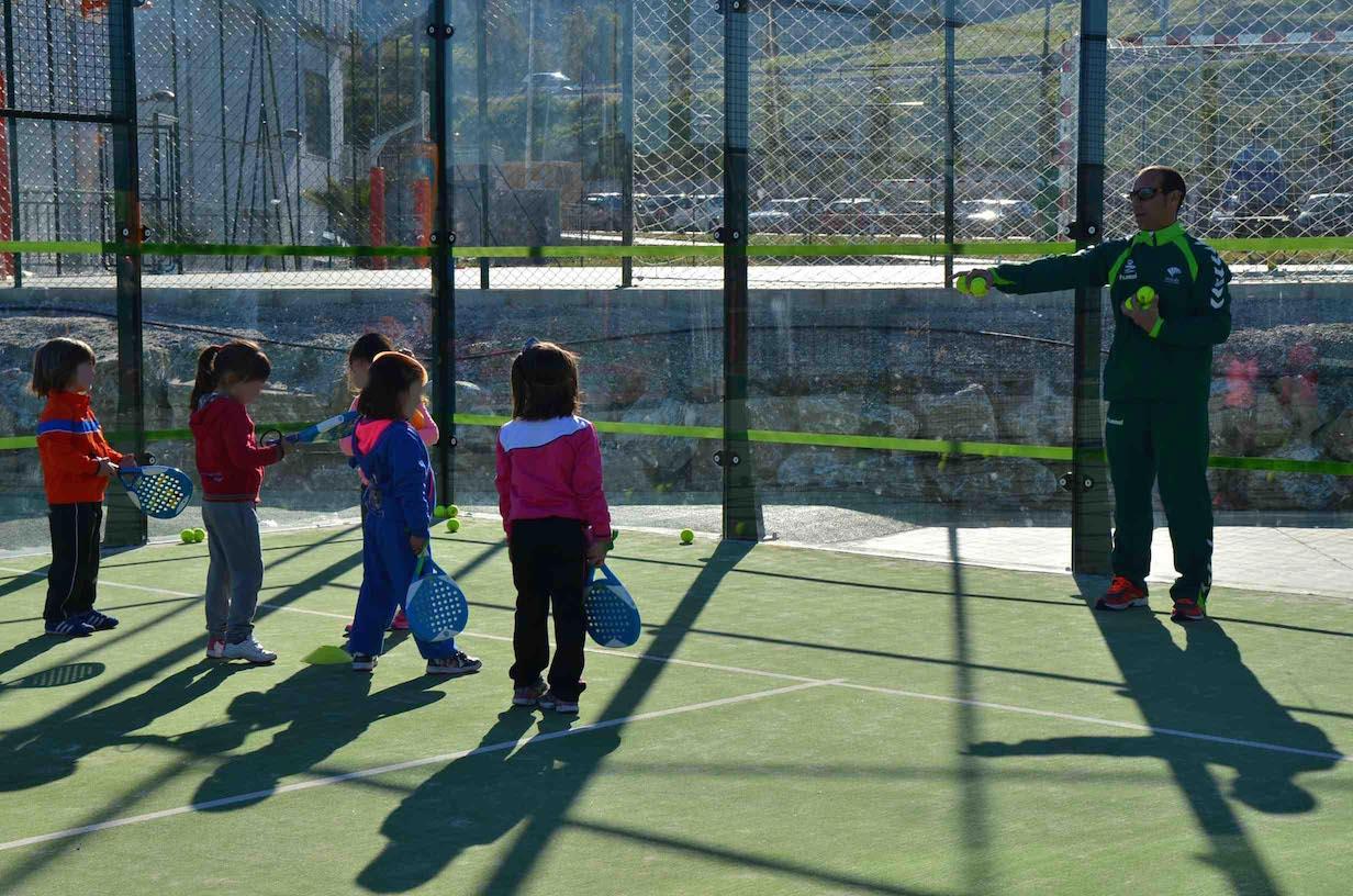 Casi medio centenar de niños participan en el primer campus infantil de Broos Pádel