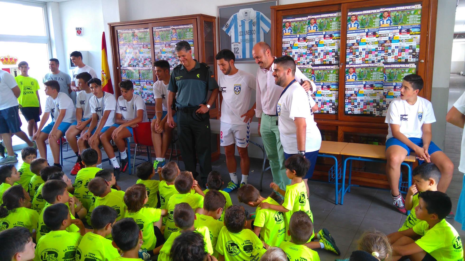 El futbolista Dani Pacheco y el árbitro Diego Barbero visitan el campus de fútbol