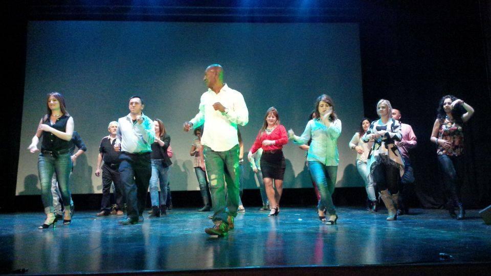 """El grupo de baile """"Edin Salsa"""" realiza un evento benéfico contra el cáncer"""